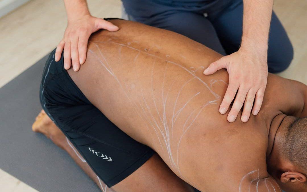 10 Ejercicios para estirar las lumbares y aliviar el dolor